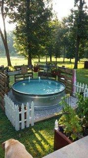 Bazin metalic asezat pe un strat de pietris mini piscina
