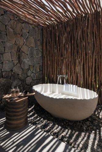 Paravan de nuiele intimitate pentru baia in aer liber