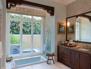 Cada asezata langa geamul de la baie
