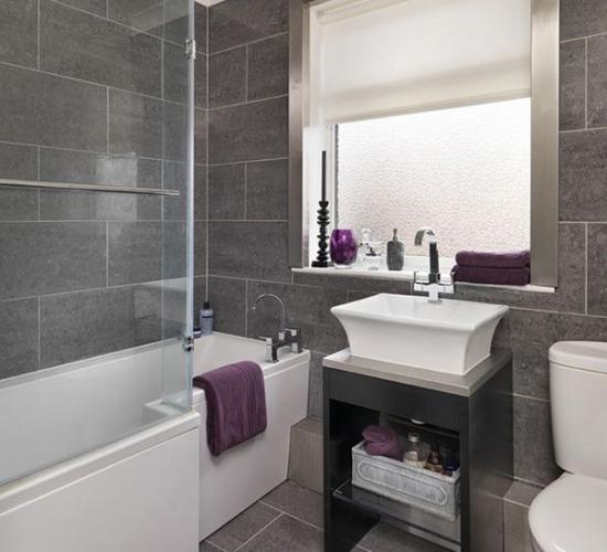 Amenajare baie moderna gri cu cada alba dreptunghiulara cu consola