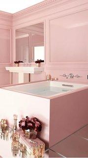 Baie cu pereti si cada patrata asezata pe mijloc culoare roz somon