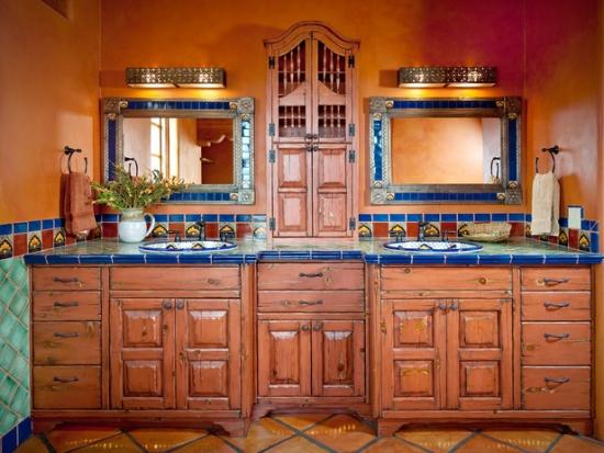 Baie cu mobilier din lemn si bat pentru chiuveta albastru de inspiratie spaniola