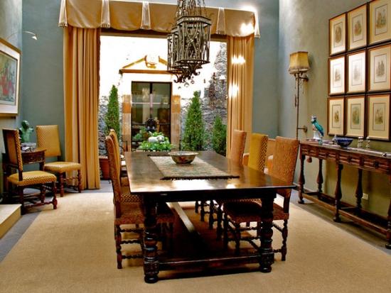 Dinning elegant cu masa din lemn masiv si scaune tapitate in stil spaniol