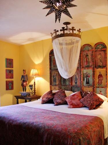 Dormitor in stil spaniol cu tema religioasa