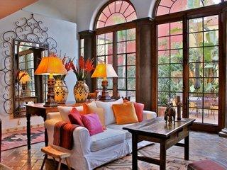 Living clasic cu elemente moderne cu pardoseala din placi de teracota