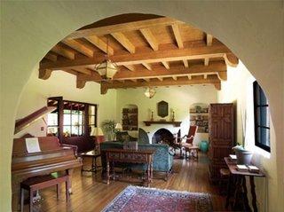 Living cu barne din lemn pe tavan si mobila in stil spaniol
