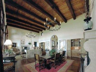 Living mare decorat in stil clasic spaniol cu mobila antica