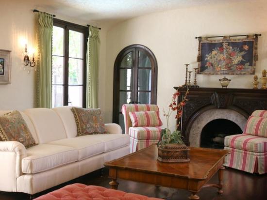 Living mobilat in stil clasic cu usa arcuita din lemn inchis la culoare