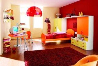 Camera colorata cu un covor moale