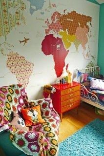 Camera cu tematica geografica si tapet cu harta lumii