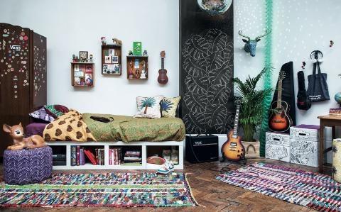 Covoare colorate si perete decorativ