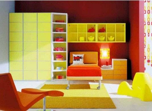 Mobilier galben in combinatie cu portocaliu si rosu