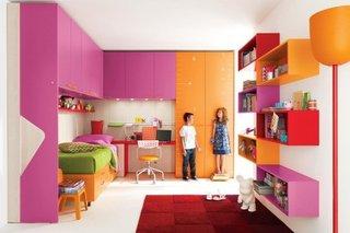 Mobilier roz si portocaliu cu rafturi etajate