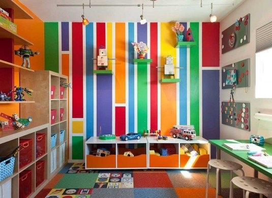 Perete decorativ cu tapet in imprimeuri liniare colorate