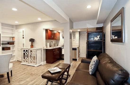 Living open space cu bucatarie si dining amplasate la demisol