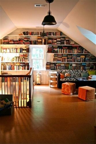Biblioteca si spatiu de studiu la mansarda casei