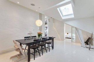 Dinning alb cu mobilier negru amenajate in podul casei