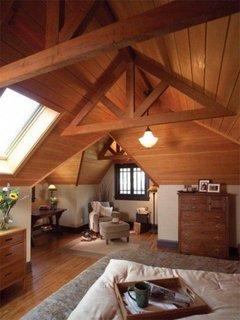 Dormitor la mansarda amenajat rustic