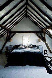 Idee decorare dormitor la mansarda cu grinzi de lemn