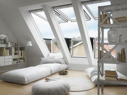 Living cu ferestre velux mari si pufuri si saltele pentru citit si relaxare