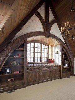 Living cu tavan inclinat mobilat cu divan si decoratiuni din lemn
