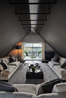 Living in podul ingust si lung cu fereastra mare pe fatada