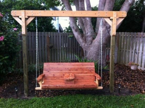 Colt de gradina cu canapea de tip leagan de lemn