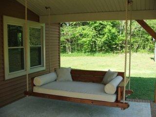 Terasa acoperita canapea balansoar de lemn cu pernute albe