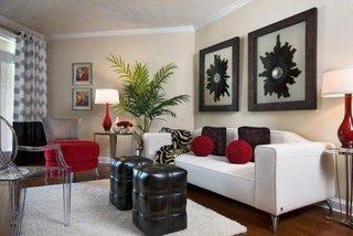 Canapea alba accesorizata cu perne rosii si negre