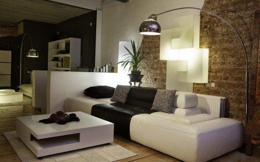 Living in alb si negru cu caramida decorativa