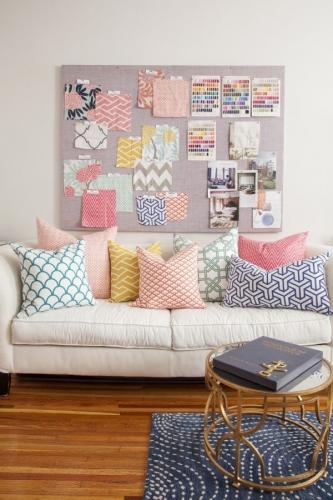 Canapea alba cu perne decorative in culori pastel