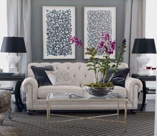 Canapea alba din piele model Chesterfield si perete de accent gri inchis