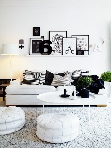 Living alb cu canapea si taburete albe si perne decorative negre