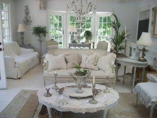 Zona de relaxare in living cu canapea fixa de doua locuiri alba