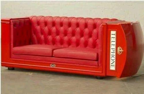 Cabina telefonica transformata in canapea din piele rosie