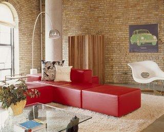 Canapea modulara rosie din piele in living amenajat contemporan