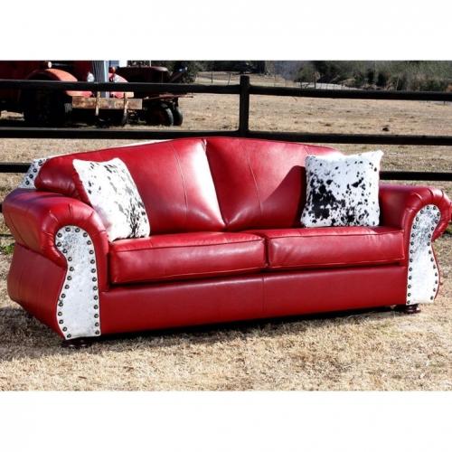 Canapea rosie din piele cu tinte si perne decorative din blana naturala