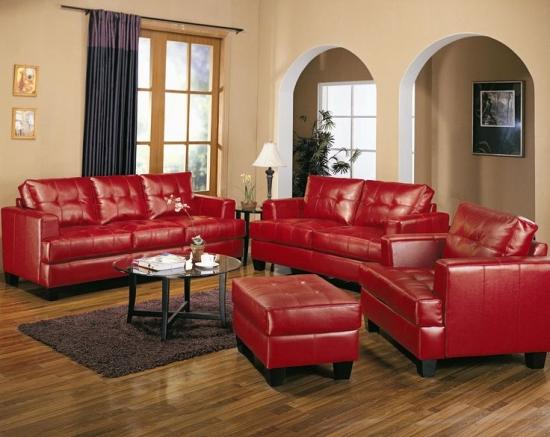 Living clasic decorat cu canapele si fotolii din piele naturala rosie