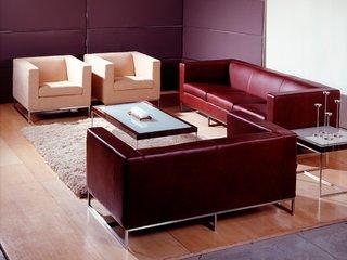 Model retro de canapele din piele rosie