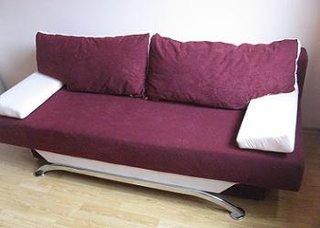Canapea extensibila cu perne mov cu alb