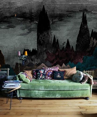 Canapea verde scoasa in evidenta de peretele inchis la culoare