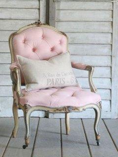 Fotoliu roz pastel cu rama din lemn patinat