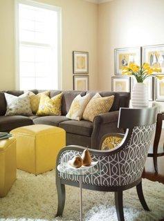 Tabureti galbeni asortati unei canapea gri