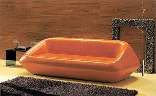 Canapea din piele de culoarea teracotei, model modern cu design interesant