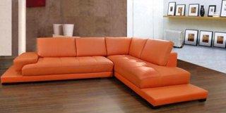 Canapea din piele portocalie pentru un living spatios