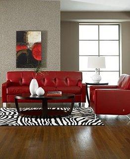 Canapea rosie in living cu perete de contrast gri