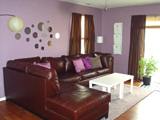 Living zugravit lila si canapea din piele maro