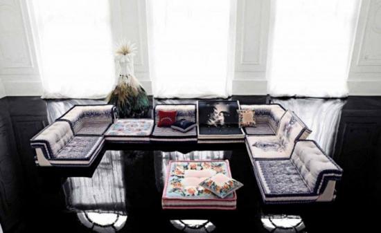 Canapea decorativa in culori vii intr-un living amenajat in alb si negru