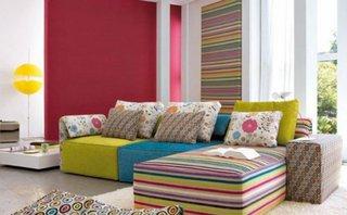 Canapea pe colt albastra galbena si dungi colorate