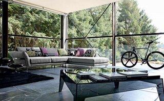 Perne decorative foarte colorate pe o canapea pe colt de culoare gri